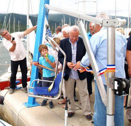 Un portique sur le port pour l'embarquement des personnes handicapées.